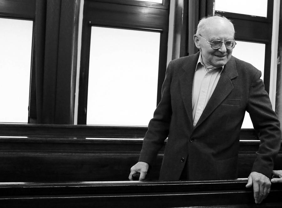 Stanisław Kociołek w sądzie, oskarżony w procesie dotyczącym masakry robotników na Wybrzeżu