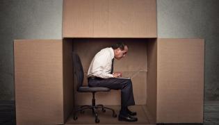 Mężczyzna w pudełku
