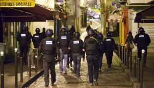 Policja na ulicy w Paryżu
