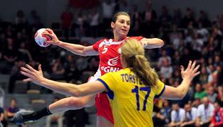 Polka Iwona Niedźwiedź (góra) mija Szwedkę Linneę Torstenson podczas meczu grupy B mistrzostw świata piłkarek ręcznych w duńskim Naestved