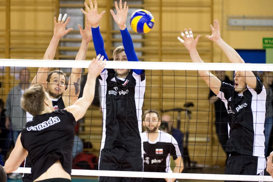 Zawodnicy reprezentacji Polski (w głębi, od lewej): Bartosz Kurek, Mateusz Bieniek i Rafał Buszek, podczas sparingu z drużyną Kanady w Spale