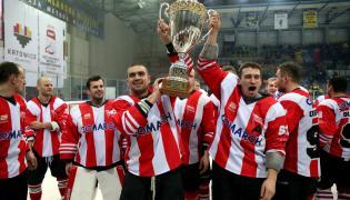 Hokeiści Comarch Cracovii cieszą się z trofeum po zwycięstwie w meczu finałowym o Puchar Polski z TatrySki Podhale Nowy Targ