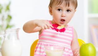 Dziecko je płatki śniadaniowe