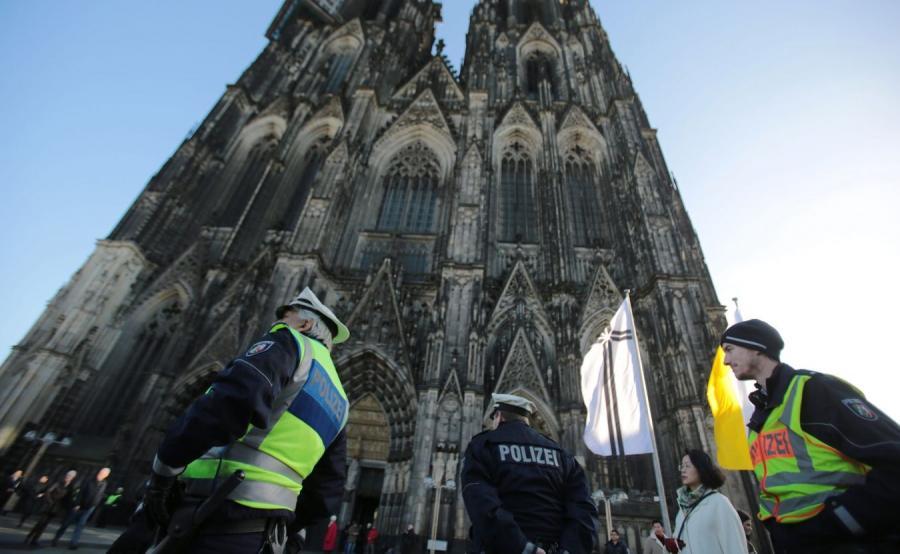 Policjanci przed katedrą w Kolonii