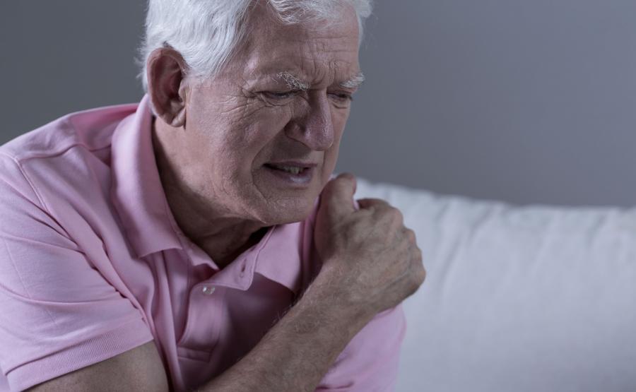 Starszy mężczyzna cierpi z powodu bólu pleców