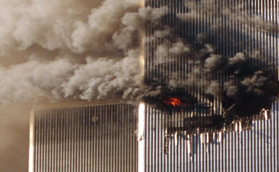 Zamach w Nowym Jorku 11 września 2001 roku. Płonie jedna z wież WTC