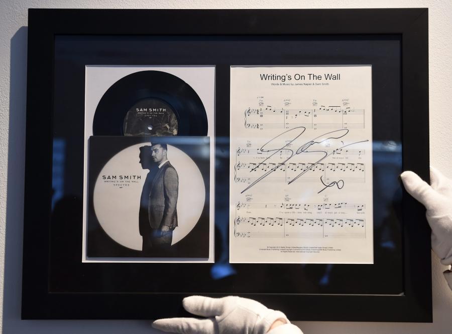 """Singiel """"Writing's on the Wall"""" z autografem Sama Smitha"""