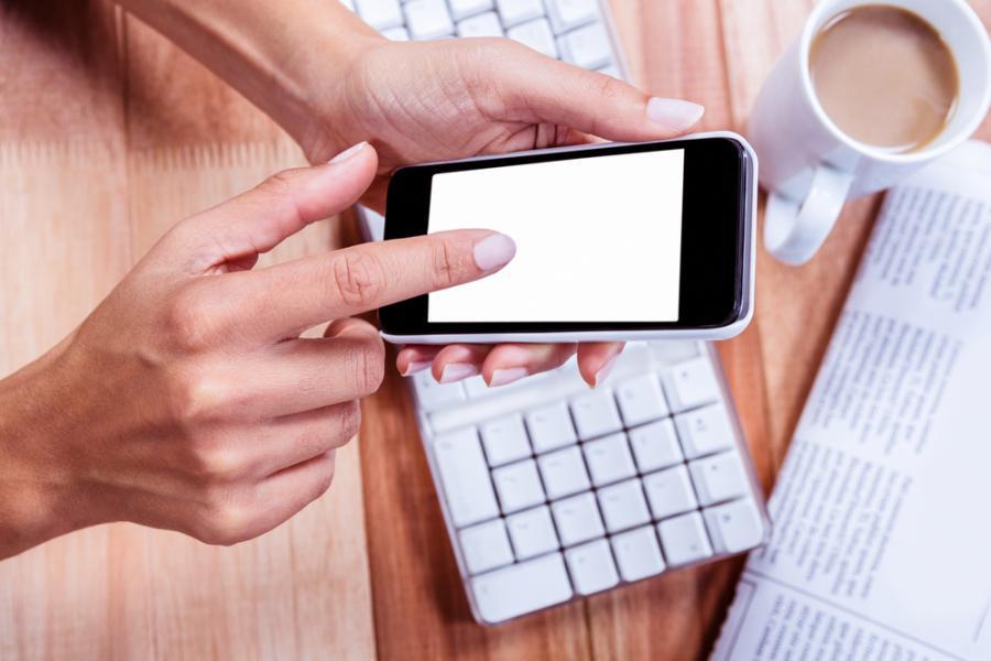 Kobieta z telefonem przy biurku