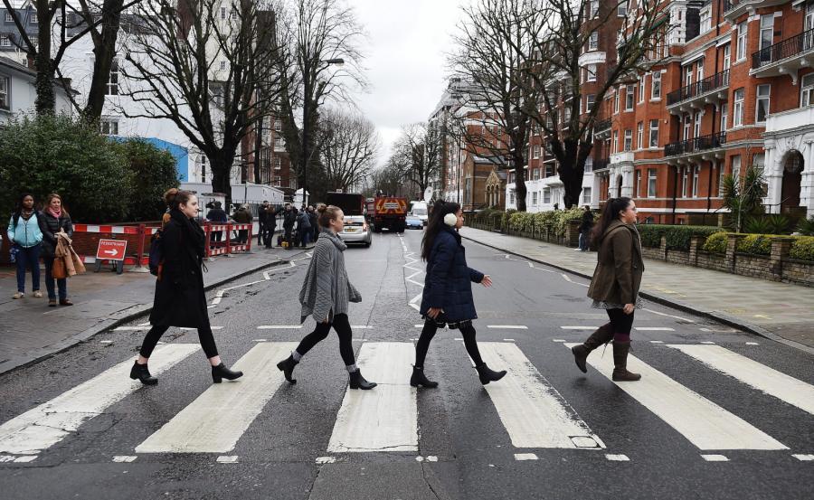 Fani Beatlesów hołd George'owi Martinowi oddawali nawet na pasach przed Abbey Road