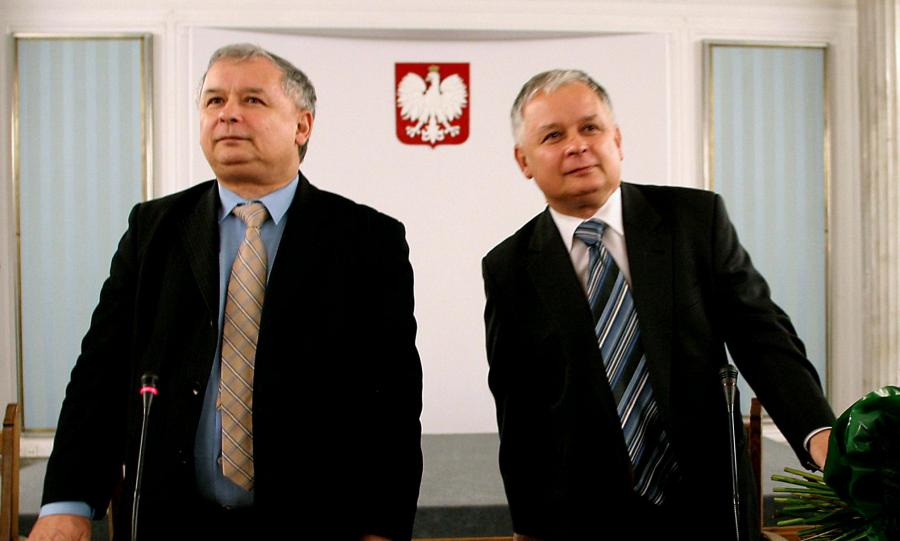 Jarosław i Lech Kaczyńscy w 2005 roku, tuż po wygranych przez Lecha wyborach prezydenckich