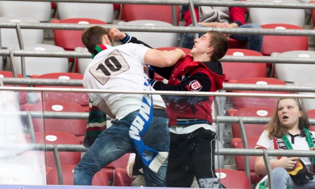 Skandal na Narodowym. Bramkarz Legii trafiony racą. Bójka kibiców. Stadion cały w dymie. ZDJĘCIA