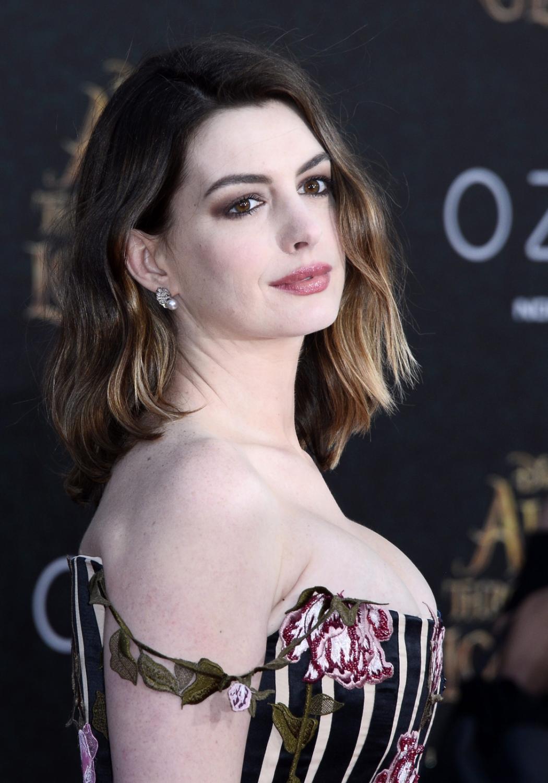"""Anne Hathaway na premierze """"Alicji po drugiej stronie lustra"""""""