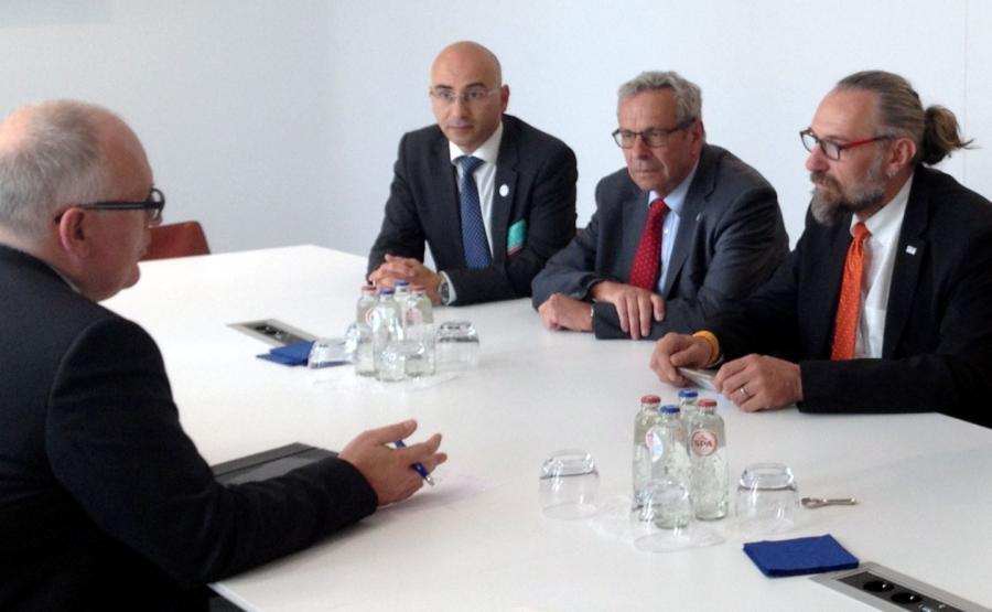 Szef Komitetu Obrony Demokracji Mateusz Kijowski (P) spotkał się 25 bm. w Brukseli z wiceprzewodniczącym Komisji Europejskiej Fransem Timmermansem