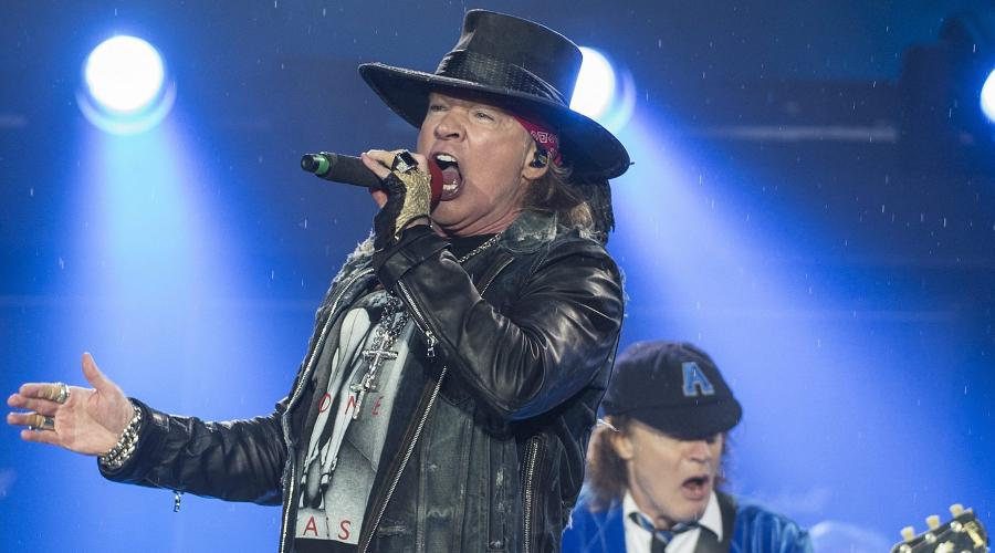 Axl Rose i Angus Young podczas koncertu AC/DC w Brnie