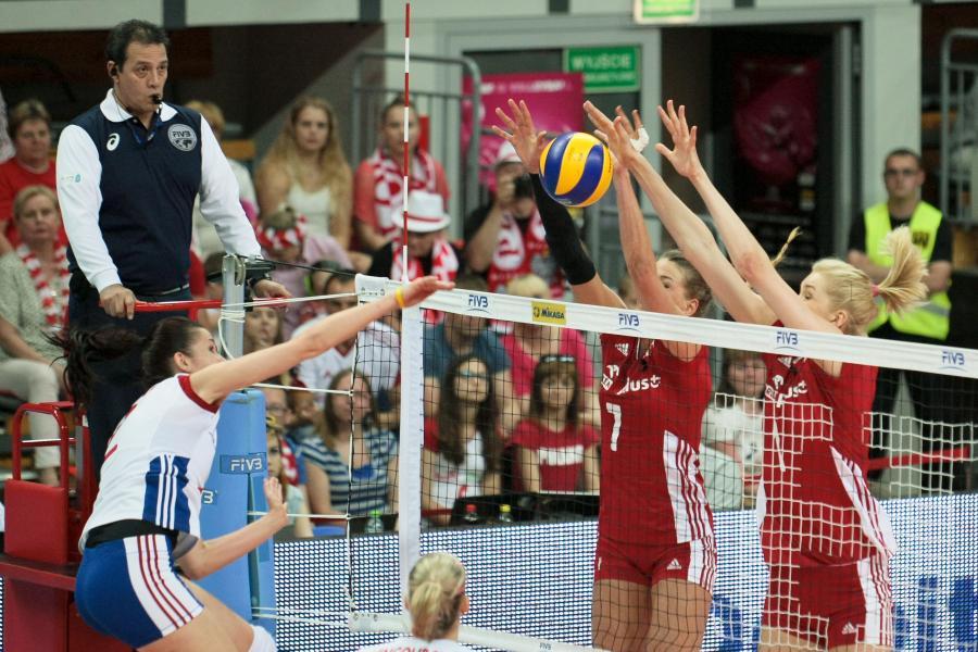 Agnieszka Kąkolewska (P) i Berenika Tomsia (C) blokują atak Czeszki Evy Hodanovej (L) podczas meczu turnieju grupy 2B World Grand Prix siatkarek w Zielonej Górze