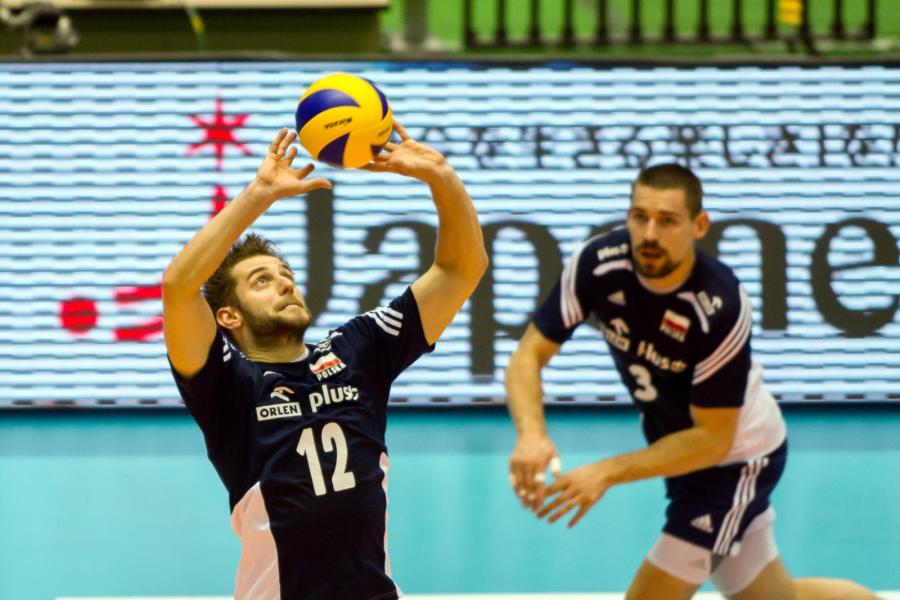 Grzegorz Łomacz (L) wystawia piłkę Dawidowi Konarskiemu (P)