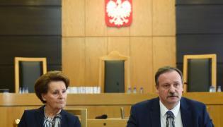 Sędziowie TK Sławomira Wronkowska-Jaśkiewicz (L) i Piotr Pszczółkowski (P), podczas konferencji prasowej po ogłoszenia wyroku Trybunału Konstytucyjnego dotyczącego skargi konstytucyjnej w sprawie dyscyplinarnego wydalenia policjanta ze służby