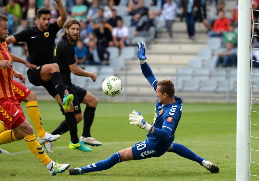 Bramkarz Korony Kielce Michal Peskovic (P) podczas meczu sparingowego przeciwko AEK Ateny