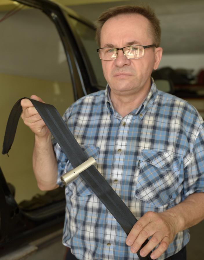 Zygmunt Nowak prezentuje pirotechniczny przecinak do pasów bezpieczeństwa