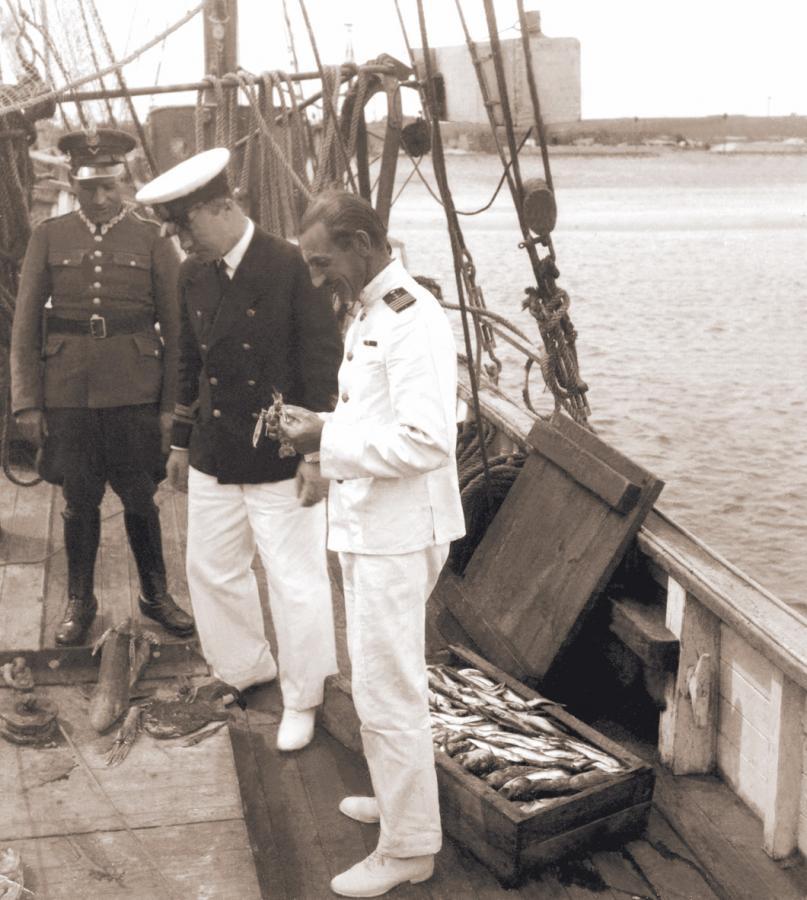 """Mikołaj Deppisz na pokładzie kutra rybackiego / """"Przedwojenne Wybrzeże. Najpiękniejsze fotografie"""""""