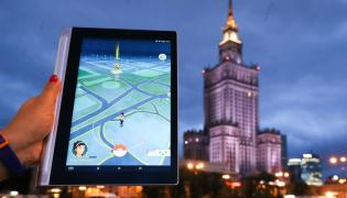 "Gra ""Pokemon Go"" na ekranie tabletu"