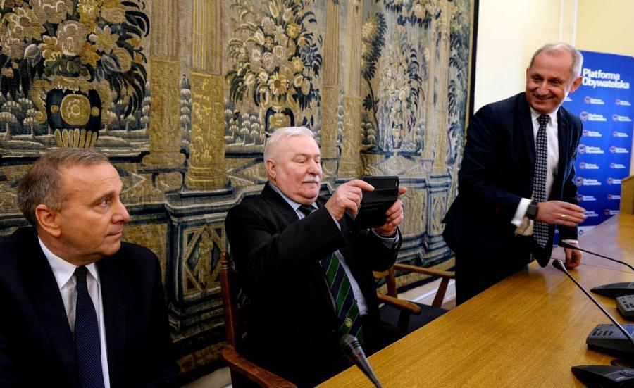 Lech Wałęsa (C), przewodniczący PO Grzegorz Schetyna (L) oraz przewodniczący klubu parlamentarnego PO, poseł Sławomir Neumann (P) podczas uroczystego posiedzenia klubu parlamentarnego Platformy Obywatelskiej w Sejmie