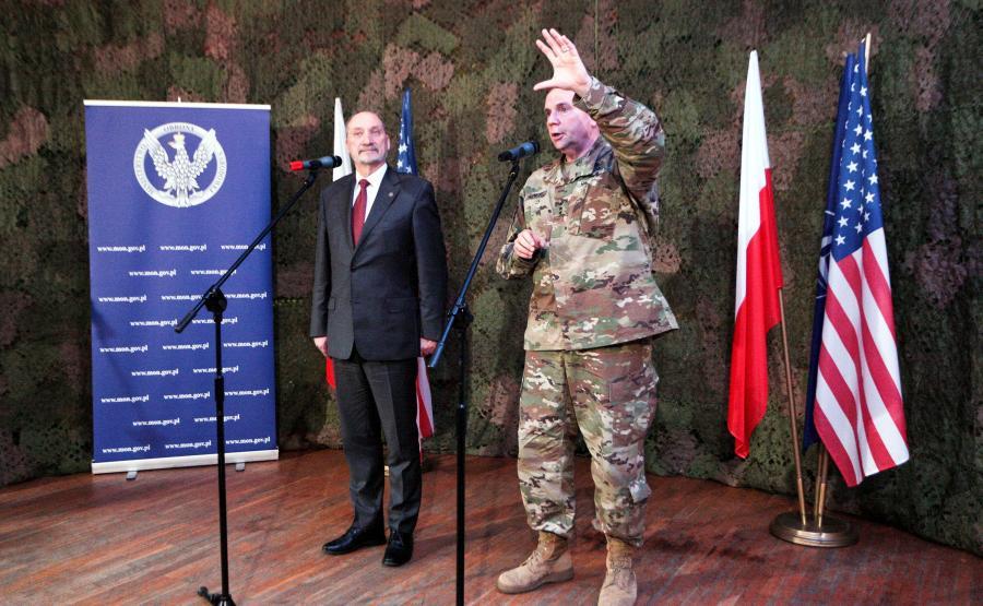 Szef MON Antoni Macierewicz (L) i dowódca sił lądowych USA w Europie gen. broni Frederick Hodges (P) podczas konferencji prasowej po spotkaniu w 11. Lubuskiej Dywizji Kawalerii Pancernej w Żaganiu