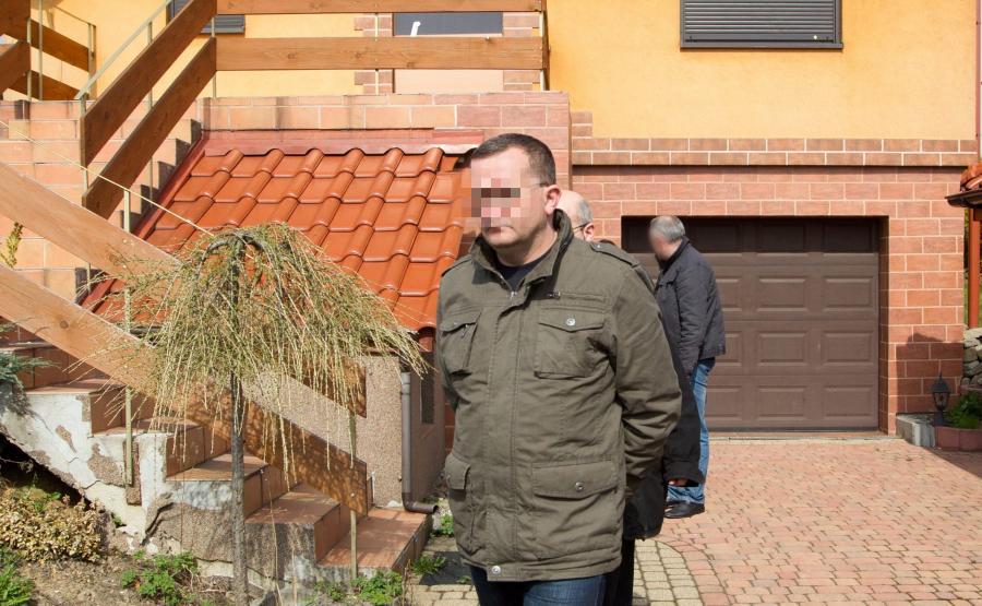 Dariusz P. przed swoim domem w czasie policyjnych czynności