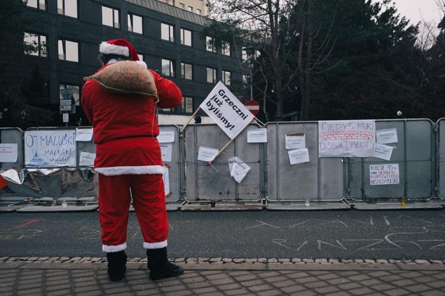 Sejm, godz 13.30. Św. Mikołaj podchodzi pod płot i próbuje rozdawać policjantom cukierki