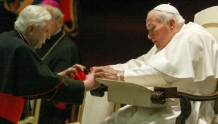 Papież Jan Paweł II pozdrawia kardynała Josepha Ratzingera, późniejszego papieża Benedykta XVI
