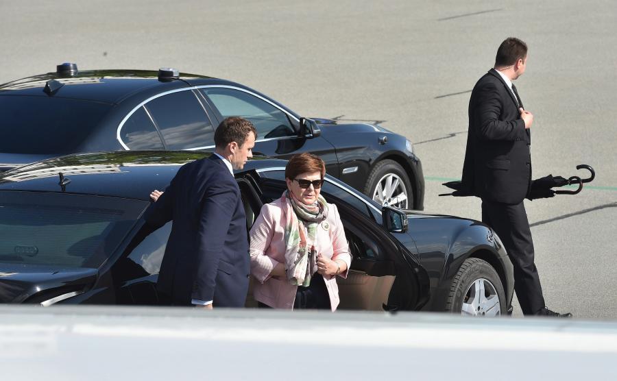 Premier Beata Szydło wysiada z limuzyny