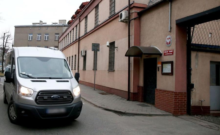 Samochód z Piotrem K. wjeżdża na teren aresztu w Nowym Sączu