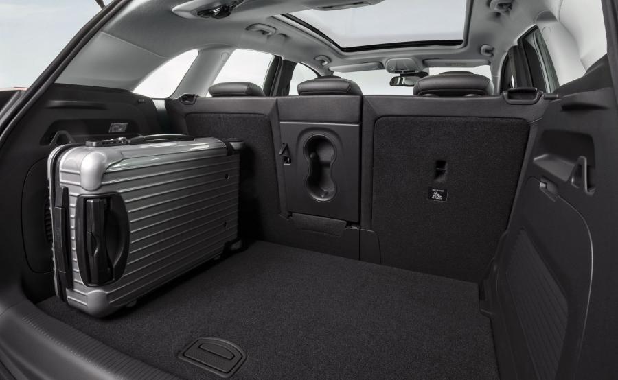 36-litrowy zbiornik gazu umieszczono we wnęce koła zapasowego, dlatego pojemność bagażnika pozostała bez zmian - kufer o maksymalnej pojemności 520 l robi wrażenie. Przy całkowitym złożeniu asymetrycznie dzielonej kanapy crossland X oferuje 1255 l przestrzeni transportowej. Auto idealne na długodystansowe wyprawy?