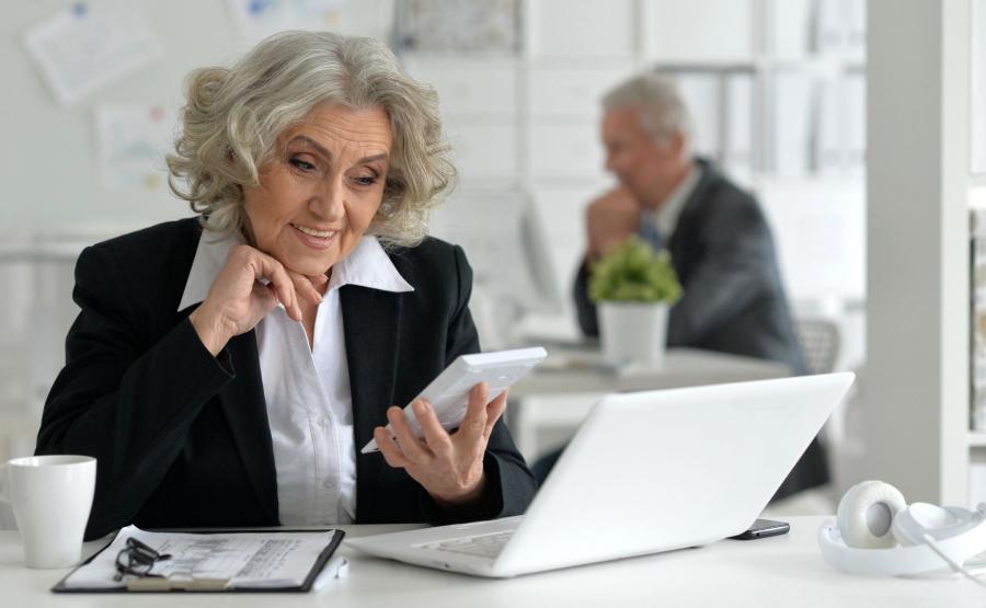 Starsza kobieta w pracy
