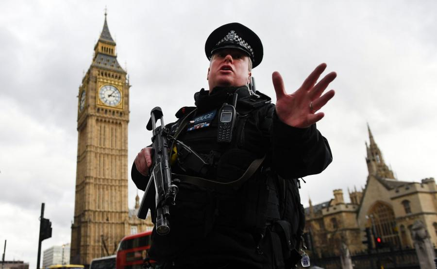 Policjant zagradza przejście po zamachu w Londynie